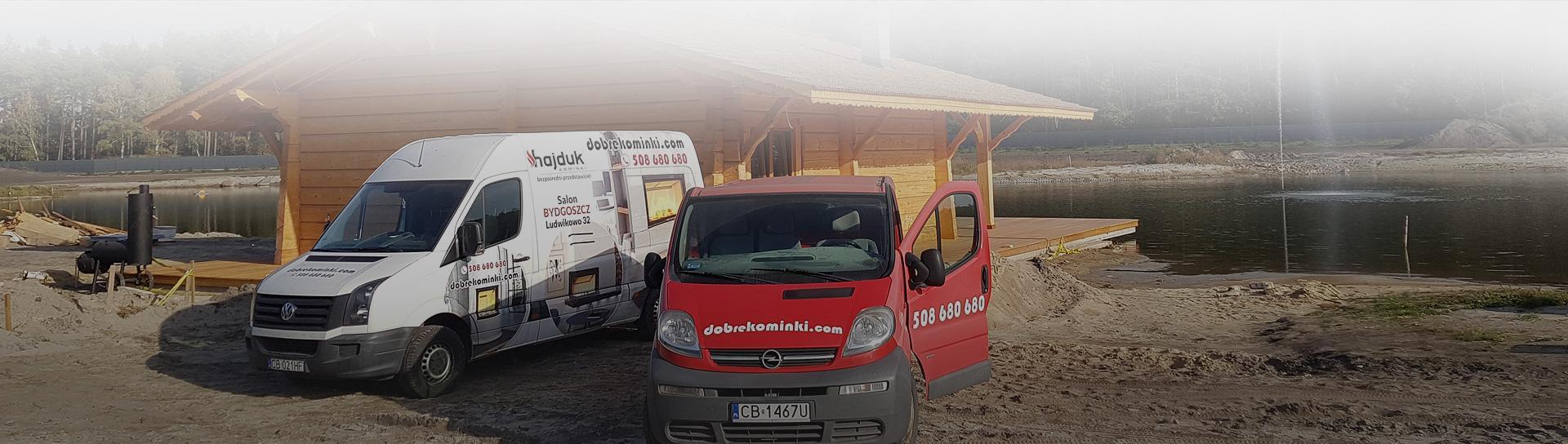 Wany firmy Dobrekominki przed drewnianym domkiem